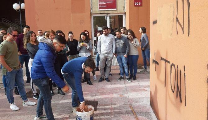 Unical, docenti e studenti cancellano le scritte razziste apparse sui muri