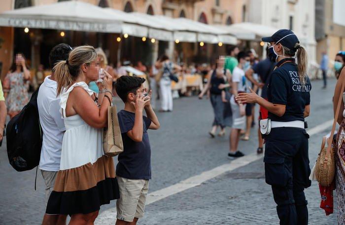 Le regole del nuovo decreto: mascherine obbligatorie anche all'aperto
